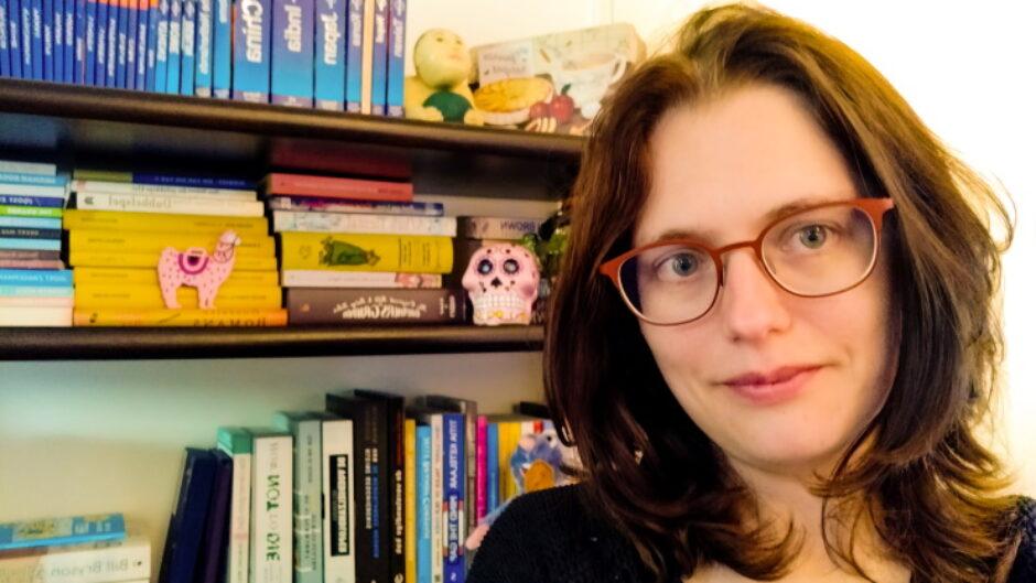 Amanda bij boekenkast